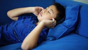 Η ευτυχής μουσική ακούσματος μικρών παιδιών για χαλαρώνει στο καθιστικό απόθεμα βίντεο