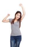 Η ευτυχής νέα ασιατική γυναίκα έβαλε το χέρι της επάνω στοκ φωτογραφία με δικαίωμα ελεύθερης χρήσης