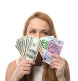 Η ευτυχής νέα γυναίκα που κρατά ψηλά τα χρήματα μετρητών συγκρίνει τα ευρο- δολάρια Στοκ εικόνα με δικαίωμα ελεύθερης χρήσης
