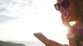 Η ευτυχής νέα γυναίκα συγκλόνισε χρησιμοποιώντας το κινητό τηλέφωνο HD σε αργή κίνηση μήκος σε πόδηα συγκίνησης φιλμ μικρού μήκους