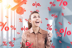 Η ευτυχής νέα επιχειρηματίας, τα σημάδια στοκ φωτογραφία με δικαίωμα ελεύθερης χρήσης