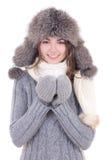 Η ευτυχής νέα όμορφη γυναίκα στα χειμερινά ενδύματα με το φλυτζάνι του τσαγιού είναι στοκ φωτογραφία με δικαίωμα ελεύθερης χρήσης