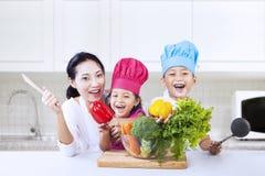 Ευτυχής οικογενειακός μάγειρας στην κουζίνα στοκ εικόνα