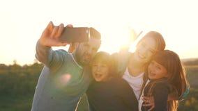Η ευτυχής οικογένεια παίρνει μια φωτογραφία απόθεμα βίντεο