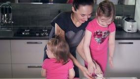 Η ευτυχής οικογένεια που παίζει με το αλεύρι Πορτρέτο HD φιλμ μικρού μήκους