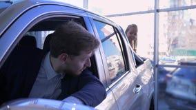 Η ευτυχής οικογένεια στη εμπορία αυτοκινήτων, λίγο αστείο κορίτσι στον κορμό του αυτοκινήτου είναι παιγμένη δορά - και - επιδιώκε απόθεμα βίντεο