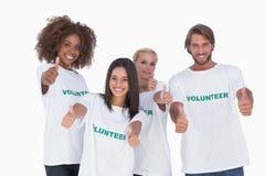 Η ευτυχής ομάδα δοσίματος εθελοντών φυλλομετρεί επάνω Στοκ Εικόνα