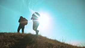 Η ευτυχής ομαδική εργασία επιχειρησιακού ταξιδιού οικογενειαρχών και γυναικών που περπατά πηγαίνει χέρι-χέρι σκιαγραφία των τουρι φιλμ μικρού μήκους