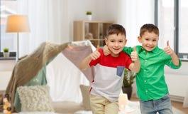 Η ευτυχής παρουσίαση μικρών παιδιών χαμόγελου φυλλομετρεί επάνω στοκ φωτογραφία