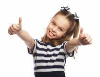 Η ευτυχής χαριτωμένη στάση μικρών κοριτσιών και η παρουσίαση φυλλομετρούν επάνω Στοκ Εικόνα