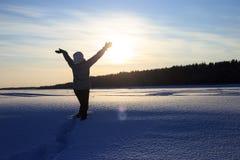 Η ευτυχής χαρούμενη γυναίκα που έχει τη διασκέδαση υπαίθρια το χειμώνα, στέκεται με αυξημένος επάνω στα χέρια στοκ φωτογραφία