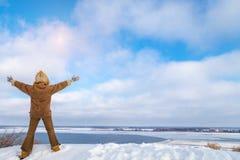 Η ευτυχής χαρούμενη οπίσθια σκιαγραφία γυναικών στο σακάκι γουνών και μισεί στοκ φωτογραφία με δικαίωμα ελεύθερης χρήσης