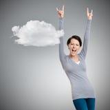 Η ευτυχής όμορφη γυναίκα βάζει τα χέρια της επάνω στοκ εικόνες