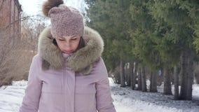 Η ευτυχής όμορφη γυναίκα περπατά στο χειμερινό δάσος μια ηλιόλουστη ημέρα κίνηση αργή απόθεμα βίντεο