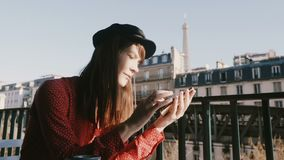 Η ευτυχής όμορφη δημιουργική εργαζόμενη γυναίκα χαμογελά χρησιμοποιώντας τον αγγελιοφόρο app smartphone στο μπαλκόνι πρωινού με τ απόθεμα βίντεο