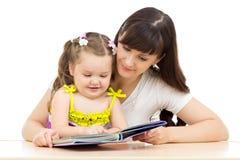 Η ευτυχή μητέρα και το παιδί διαβάζουν ένα βιβλίο από κοινού Στοκ εικόνα με δικαίωμα ελεύθερης χρήσης