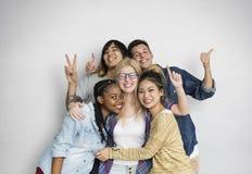 Η ευτυχία φίλων σπουδαστών ποικιλομορφίας θέτει την έννοια στοκ εικόνες με δικαίωμα ελεύθερης χρήσης