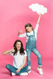 Η ευτυχείς μητέρα και η κόρη με την κενή παρουσίαση λεκτικών φυσαλίδων φυλλομετρούν επάνω στοκ φωτογραφία με δικαίωμα ελεύθερης χρήσης