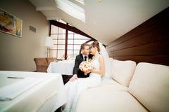 Η ευτυχείς νύφη και ο νεόνυμφος στο γάμο περπατούν στο σύγχρονο ξενοδοχείο εκτάριο Στοκ εικόνα με δικαίωμα ελεύθερης χρήσης