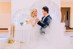 Η ευτυχείς νύφη και ο νεόνυμφος χορεύουν χαριτωμένα κόκκινο εορτασμού αμυγδάλων κάποιος γάμος Στοκ φωτογραφίες με δικαίωμα ελεύθερης χρήσης