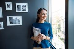 Η ευχάριστη γοητευτική κυρία εκφράζει το gladness στοκ φωτογραφίες με δικαίωμα ελεύθερης χρήσης