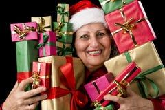 Η ευχαριστημένη ηλικίας γυναίκα Embosoming που τυλίγεται παρουσιάζει στοκ φωτογραφία
