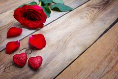 Η ευχετήρια κάρτα ημέρας βαλεντίνων με το κόκκινο αυξήθηκε και ακτινοβολεί καρδιές, γ Στοκ φωτογραφίες με δικαίωμα ελεύθερης χρήσης