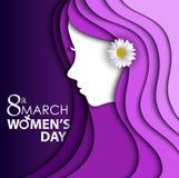 Η ευχετήρια κάρτα ημέρας των γυναικών με το λουλούδι στο αυτί στο πορφυρό υπόβαθρο με το σχέδιο γυναίκες αντιμετωπίζει και ημέρα  Στοκ Εικόνες