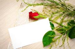 Η ευχετήρια κάρτα με το κόκκινο αυξήθηκε Στοκ Φωτογραφίες