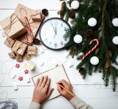 Η ευχετήρια κάρτα σύνθεσης Χριστουγέννων για τα νέα χέρια ατόμων έτους έγραψε Στοκ εικόνες με δικαίωμα ελεύθερης χρήσης