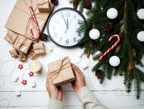 Η ευχετήρια κάρτα σύνθεσης Χριστουγέννων για τη νέα λαβή ατόμων έτους Στοκ Εικόνα
