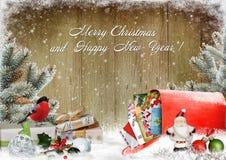 Η ευχετήρια κάρτα Χριστουγέννων με τα δώρα, μια ταχυδρομική θυρίδα με τις επιστολές, πεύκο διακλαδίζεται και διακοσμήσεις Χριστου Στοκ εικόνα με δικαίωμα ελεύθερης χρήσης