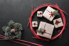Η ευχετήρια κάρτα Χριστουγέννων με τις ελαφριές ακτίνες και το διάστημα ευχετήριων καρτών, φιαγμένο από νέα δώρα και έλατο έτους  Στοκ Εικόνα