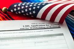 Η εφαρμογή για το άσυλο στην ΑΜΕΡΙΚΑΝΙΚΗ έννοια με την αίτηση υποψηφιότητας και οι ΗΠΑ σημαιοστολίζουν στο μεξικάνικο serape στοκ φωτογραφίες με δικαίωμα ελεύθερης χρήσης