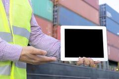 Για την διοικητική μέριμνα αντίληψη Η εφαρμοσμένη μηχανική κρατά μια ταμπλέτα στοκ εικόνες