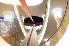 Η λεωφόρος αγορών απεικονίζει στο γυαλί της κυλιόμενης σκάλας Στοκ εικόνες με δικαίωμα ελεύθερης χρήσης