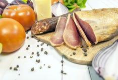 Η εύγευστα ομάδα, το λουκάνικο, το κρέας, chesse και τα λαχανικά κλείνουν επάνω Στοκ εικόνα με δικαίωμα ελεύθερης χρήσης