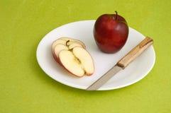Η εύγευστες Apple και φέτα στο άσπρο πιάτο στο πράσινο υπόβαθρο Στοκ Φωτογραφίες
