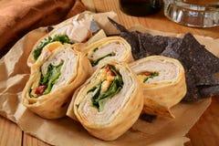 η εύγευστη κατανάλωση ψωμιού έψησε οριζόντια hame το υγιές περικάλυμμα ντοματών σπανακιού σάντουιτς κρεμμυδιών στη σχάρα κόκκινο Στοκ Φωτογραφίες