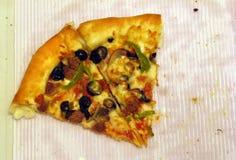 η εύγευστη πίτσα τεμαχίζει δύο στοκ φωτογραφία