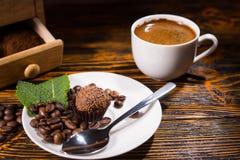 Η εύγευστη σοκολάτα μεταχειρίζεται με το κουτάλι στο πιάτο Στοκ φωτογραφίες με δικαίωμα ελεύθερης χρήσης