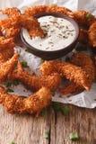 Η εύγευστη τηγανισμένη γαρίδα στην καρύδα πελεκά τη σάλτσα κινηματογραφήσεων σε πρώτο πλάνο και κρέμας Στοκ εικόνες με δικαίωμα ελεύθερης χρήσης