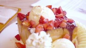 Η εύγευστη φρυγανιά μελιού με το παγωτό και τα φρούτα στην κορυφή στο γλυκό και το επιδόρπιο ψωνίζουν απόθεμα βίντεο