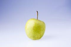 Η εύγευστη juicy φρέσκια πράσινη Apple στο άσπρο υπόβαθρο Στοκ Φωτογραφία
