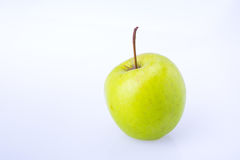 Η εύγευστη juicy φρέσκια πράσινη Apple στο άσπρο υπόβαθρο Στοκ εικόνα με δικαίωμα ελεύθερης χρήσης