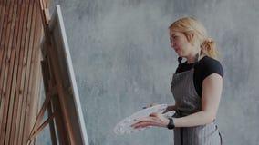 Η εύθυμη γυναίκα δημιουργεί το έργο τέχνης Αυτή εικόνες ζωγραφικής στο σύγχρονο μινιμαλιστικό εσωτερικό σοφιτών Αυτή σχέδιο ακρυλ διανυσματική απεικόνιση