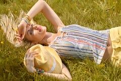 Η εύθυμη γυναίκα ομορφιάς χαλαρώνει, κήπος, άνθρωποι υπαίθριοι Στοκ Εικόνες