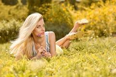Η εύθυμη γυναίκα ομορφιάς χαλαρώνει, κήπος, άνθρωποι υπαίθριοι Στοκ Εικόνα