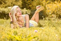 Η εύθυμη γυναίκα ομορφιάς χαλαρώνει, κήπος, άνθρωποι υπαίθριοι Στοκ εικόνα με δικαίωμα ελεύθερης χρήσης
