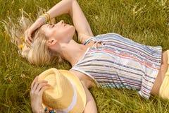 Η εύθυμη γυναίκα ομορφιάς χαλαρώνει, κήπος, άνθρωποι υπαίθριοι Στοκ φωτογραφίες με δικαίωμα ελεύθερης χρήσης